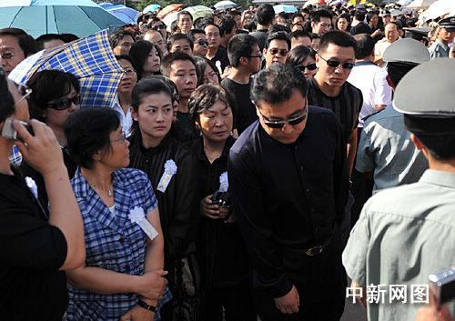 《新闻联播》主持人张宏民快步低头步入罗京追悼会现场