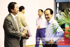 5月21日,中华全国体育总会第八次全国代表大会在北京召开,冯巩与谢亚龙相谈甚欢。王尚供图