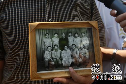 罗京中学时代在校篮球队的合影
