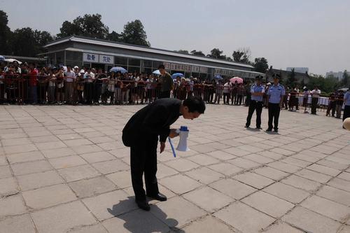 郎永淳感谢群众 群众用掌声送罗京老师-2