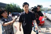 罗京追悼会在八宝山举行 崔永元抵达现场