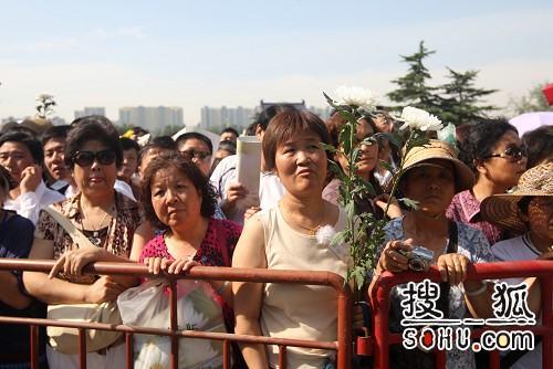罗京追悼会在八宝山举行 悼念群众