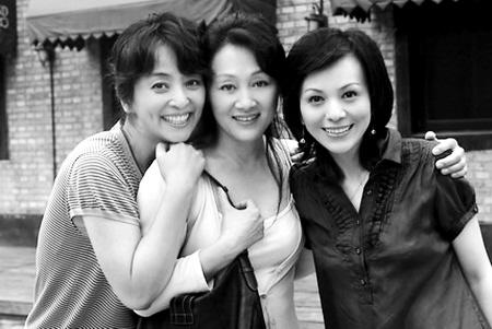 《五十玫瑰》主演王姬(中)、王琳(右)、李勤勤