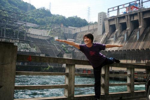迟帅在水坝前做瑜珈