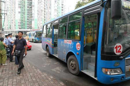 12路公交车停靠在路边车内乘客已散去