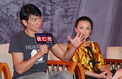 刘德华(左)、刘嘉玲(右)昨日在横店接受记者采访