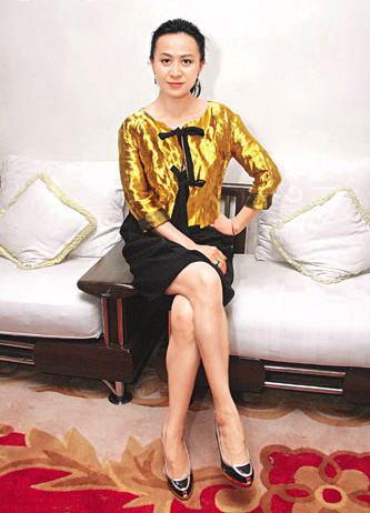骚�_久未拍戏的刘嘉玲状态大勇,骚长腿展示魅力.