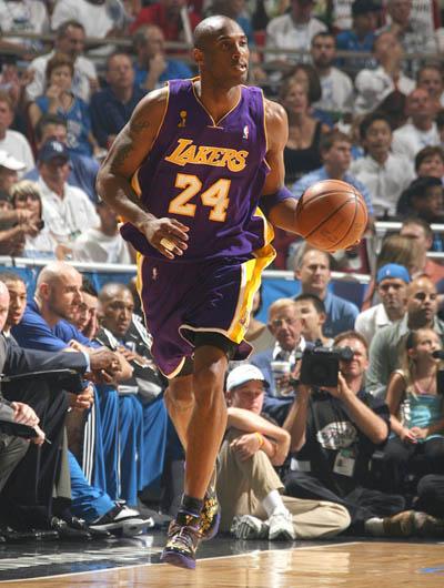 图文:[NBA总决赛]湖人VS魔术 科比带球推进-搜
