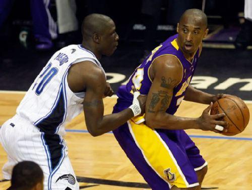 图文:[NBA总决赛]湖人VS魔术 科比背身单打-搜