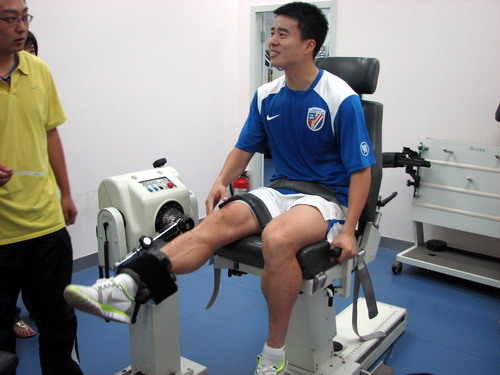 孙吉使用专门康复设备恢复受伤右腿前侧肌肉