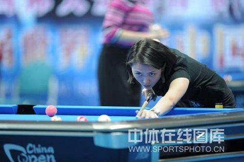 图文:九球中国公开赛第二日 张舒涵在比赛中