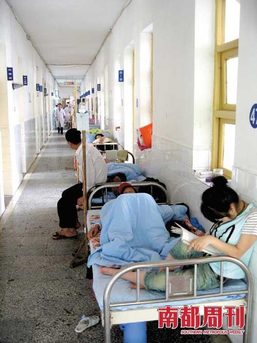 益陽市中心醫院腎臟病住院處,尿毒癥病人在接受治療.攝影·齊介侖圖片
