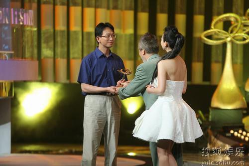 图:上海电视节白玉兰颁奖礼- 翁虹颁奖