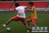 图文:[中超]鲁能备战杭州 刘钊积极拼抢