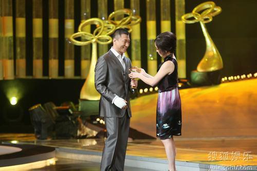 图:上海电视节白玉兰颁奖-邓萃雯颁奖