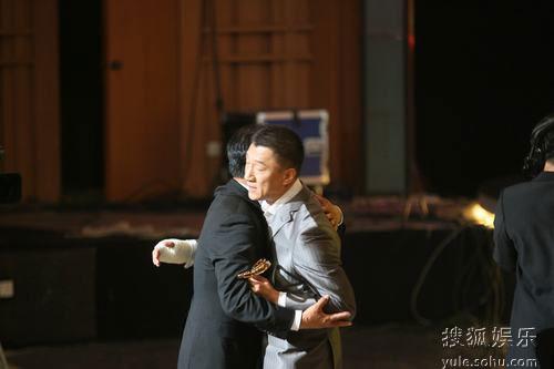 图:上海电视节白玉兰颁奖- 孙红雷拥抱冯恩鹤