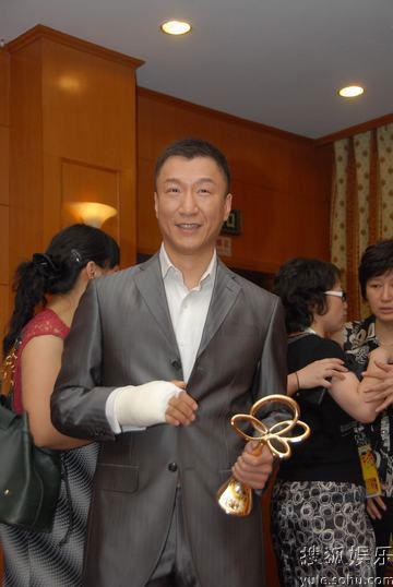 图:上海电视节白玉兰颁奖- 孙红雷手握奖杯