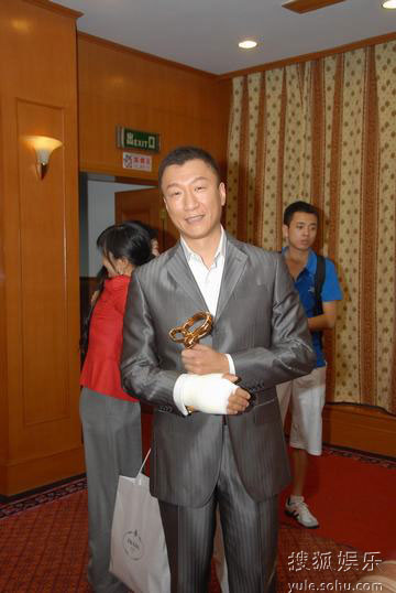 图:上海电视节白玉兰颁奖- 孙红雷开心获奖