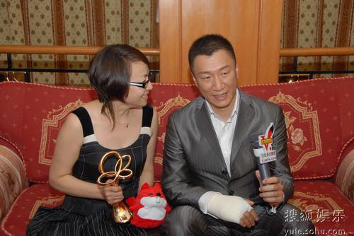 图:上海电视节白玉兰颁奖- 孙红雷紧握奖杯
