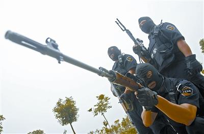 突击队员英姿飒爽,正在进行突击演习。 记者王翮 摄