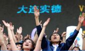 图文:[中超]大连0-0陕西 赛场上的婚礼