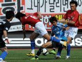 图文:[中超]大连0-0陕西 忻峰和李彦协防