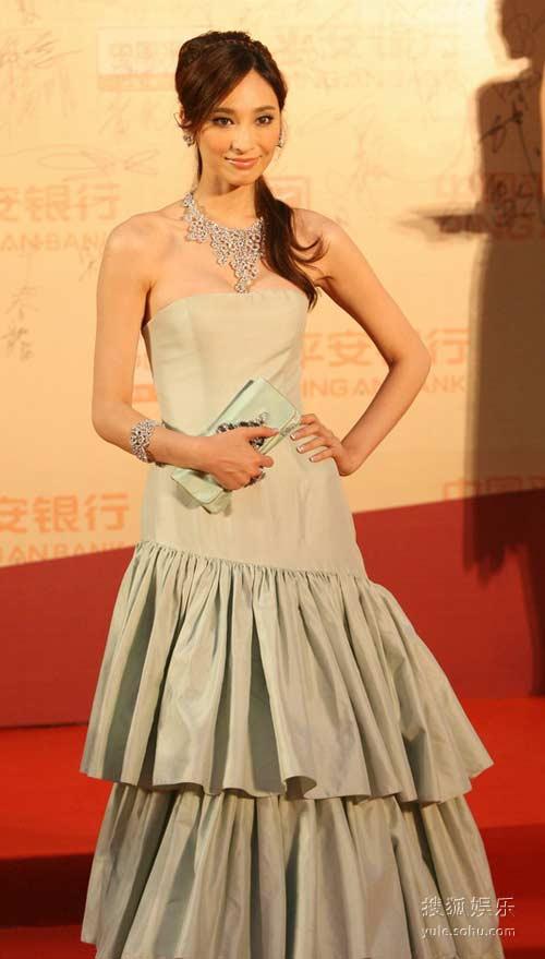 图:第12届上海电影节红毯 吴佩慈温婉可人