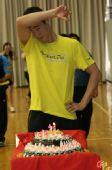 图文:王励勤庆祝自己31岁生日 寿星擦拭汗水