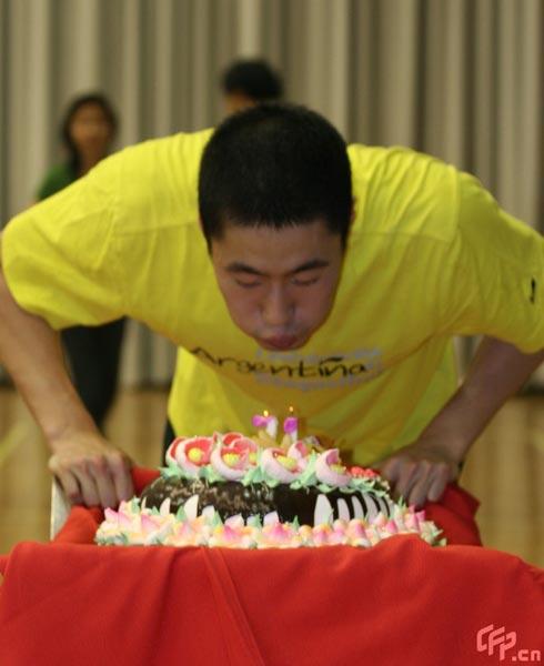 图文:王励勤庆祝自己31岁生日 王励勤吹蜡烛