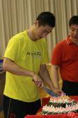图文:王励勤庆祝自己31岁生日 王励勤在切蛋糕
