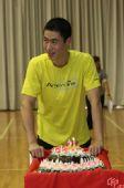 图文:王励勤庆祝自己31岁生日 王励勤微微一笑