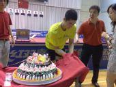 图文:王励勤庆祝自己31岁生日 准备切蛋糕了