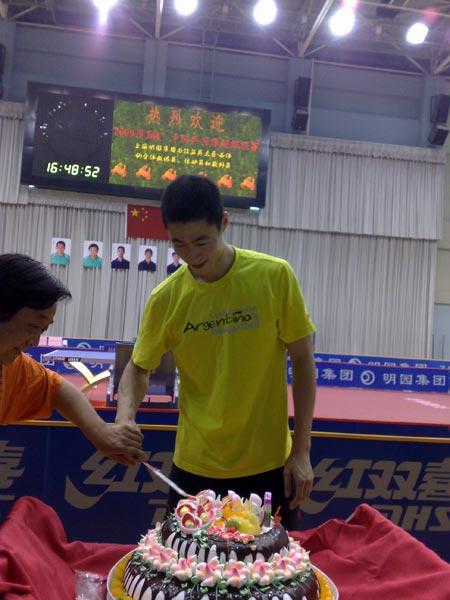 图文:王励勤庆祝自己31岁生日 王励勤很开心