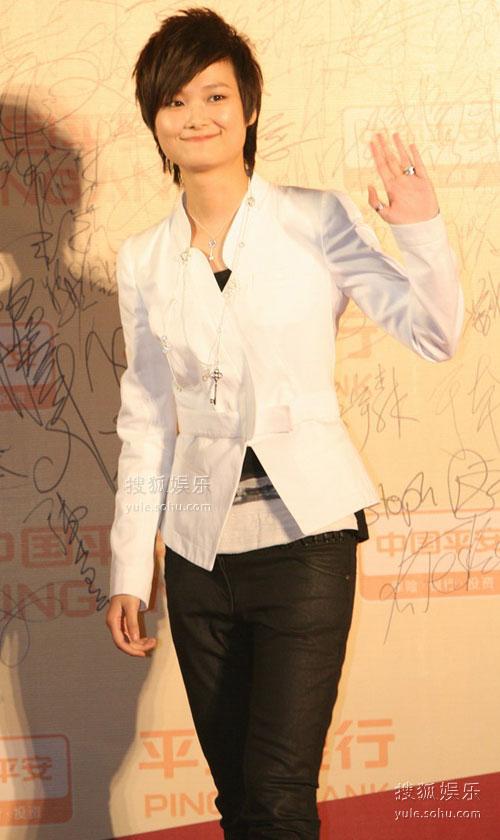 图:第12届上海电影节 李宇春和粉丝发招呼