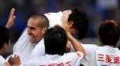 图文:[中超]长沙2-1江苏 进球后遭外援拥抱