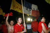 图文:[中超]河南1-0长春 河南球迷庆祝胜利