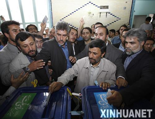 6月12日,伊朗现任总统艾哈迈迪-内贾德(前中)在德黑兰参加总统选举投票。