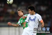 图文:[中超]国安1-0天津 格里菲斯争头球
