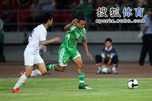 图文:[中超]国安1-0天津 马丁内斯分球