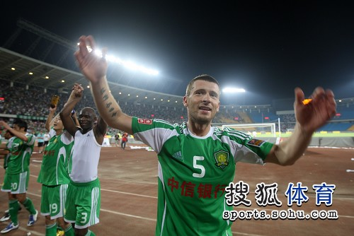 图文:[中超]国安1-0天津 马季奇庆贺胜利