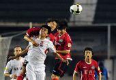 图文:[中超]河南1-0长春 建业与亚泰球员争顶