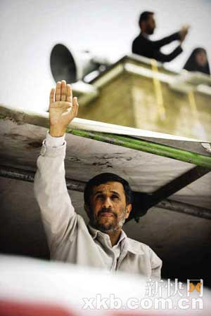 13日,穆萨维的支持者聚集街头抗议选举结果。