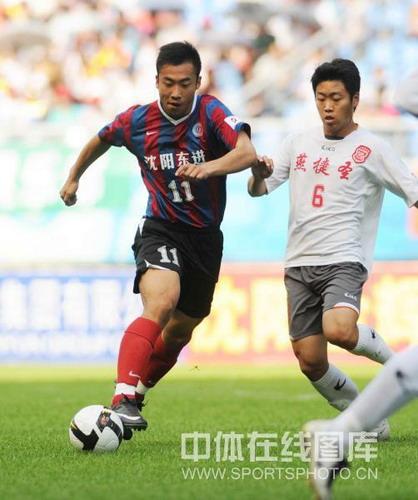 图文:[中甲]沈阳3-1宏登 邓黎带球突破