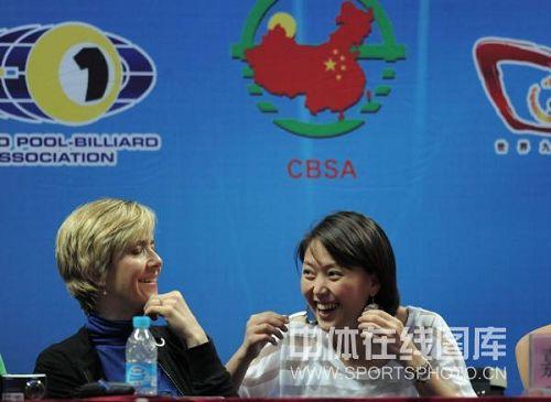 图文:九球中国赛男子组霍曼夺冠 张舒涵大笑