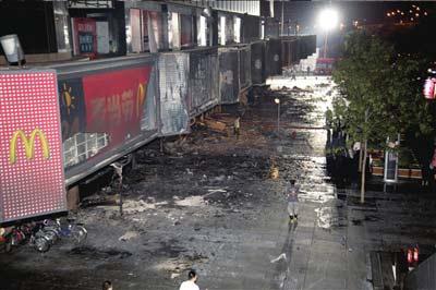 """▲西单购物中心西侧的一层商铺被""""火烧连营""""。本报读者刘佳悦摄"""