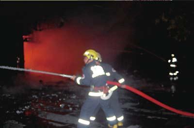 消防员全力灭火。府右街消防中队供图
