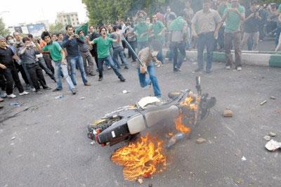 □穆萨维的支持者在德黑兰街头进行抗议活动