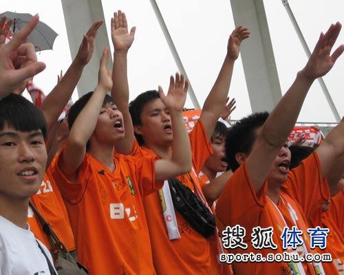 图文:[中甲]广东3-1南昌 挥舞手臂