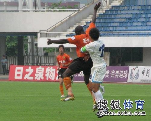 图文:[中甲]广东3-1南昌 盖伊张开双臂