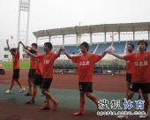 图文:[中甲]广东3-1南昌 队员牵手致谢